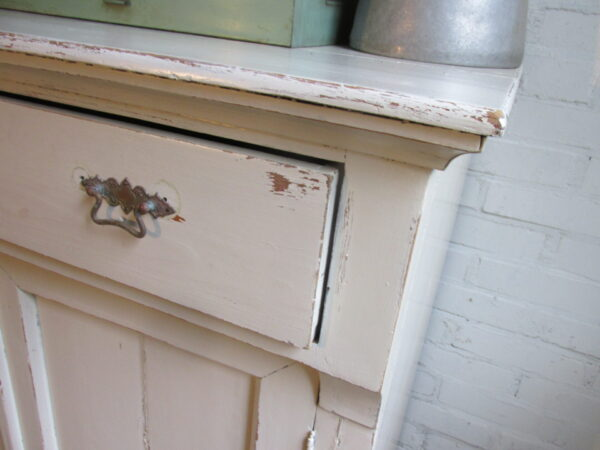 Antieke kast uit 1800 in crème
