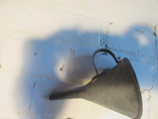 Oude kleine metalen trechter