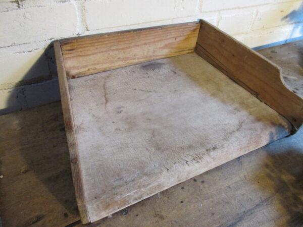 Oude houten snijplank met opstaande randen