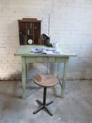 Brocant antiek tafeltje in mintgroen