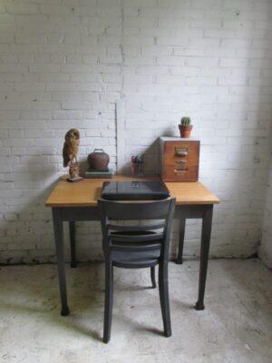 Oude kleine eiken werk of eettafel
