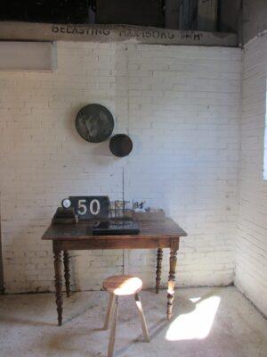 Oude kleine houten tafel om aan te eten of te werken
