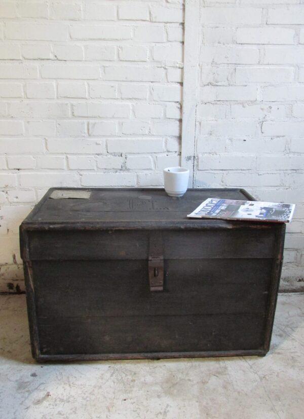 Oude zwarte hutkoffer, als salontafel bijvoorbeeld