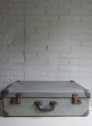Oude koffer in grijs tweed, 58 x 39 cm