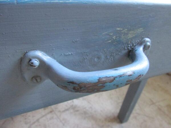Brocante eet of werktafel in het blauw