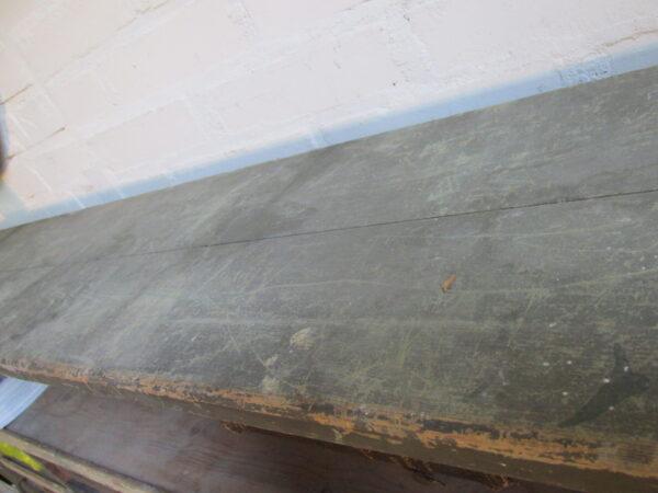 Oude groene houten vakkenkast uit garage