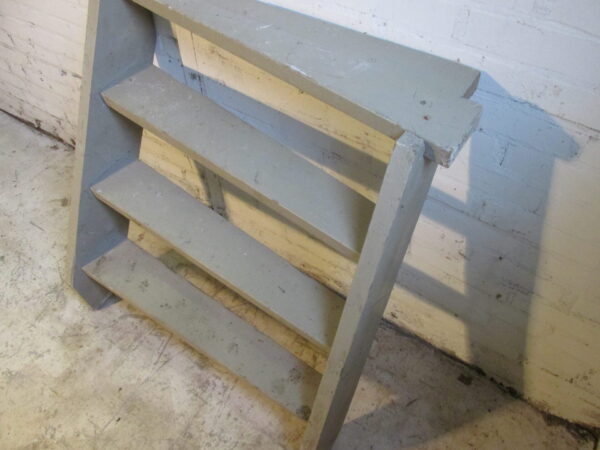 Oude grijze houten keldertrap
