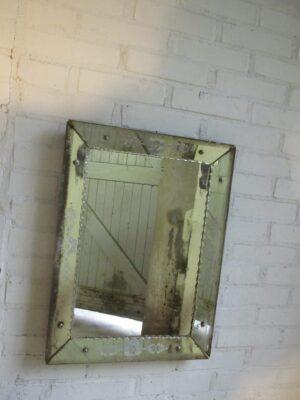 Vintage spiegel met bewerkte spiegelrand