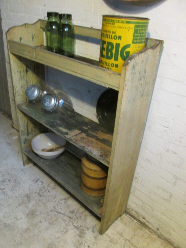Oud houten rek in het groen