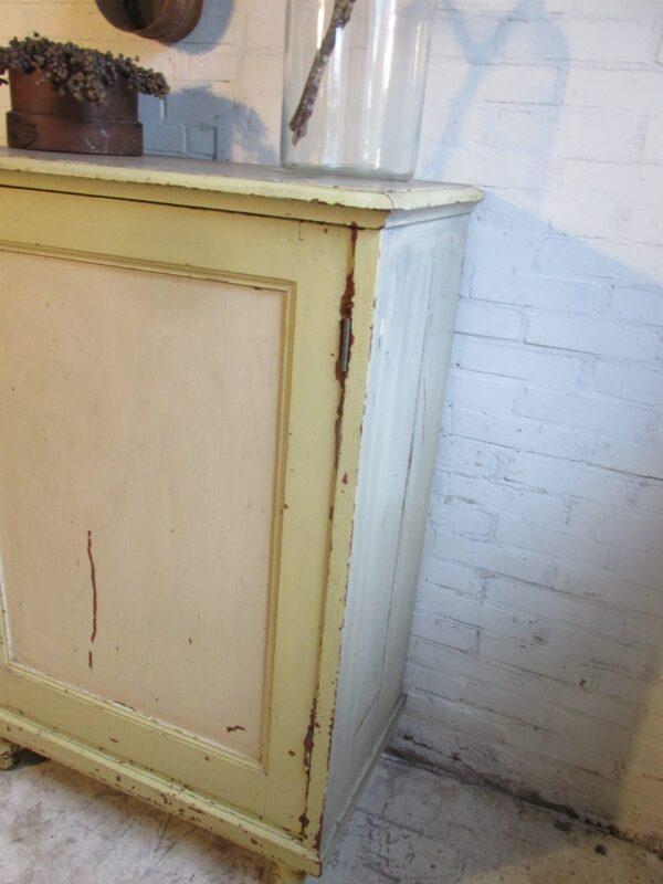 Oud kastje in de oude verf met 1 deur