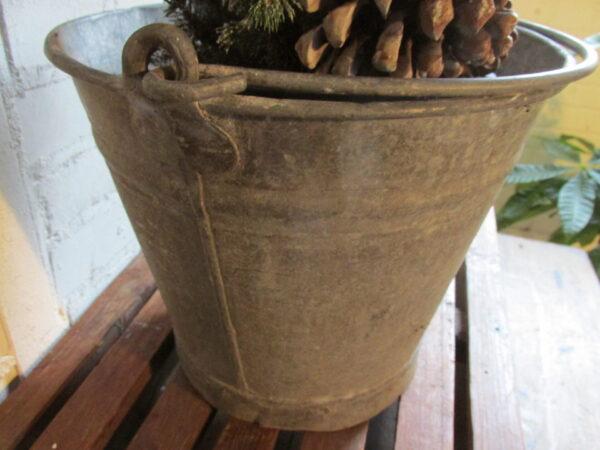 Oude zinken emmer, voor kerstboompje of plant