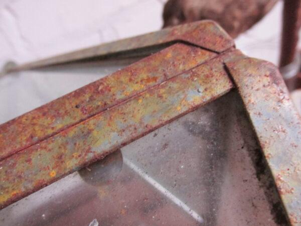 Oud kamer kasje in een punt model van metaal en glas