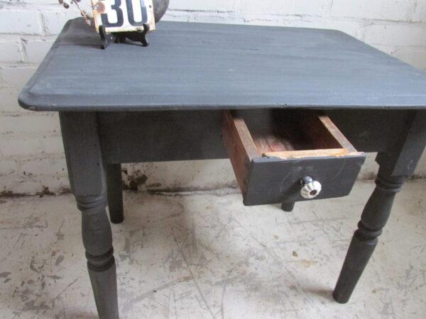Oud zwart bijzet tafeltje of als salontafel