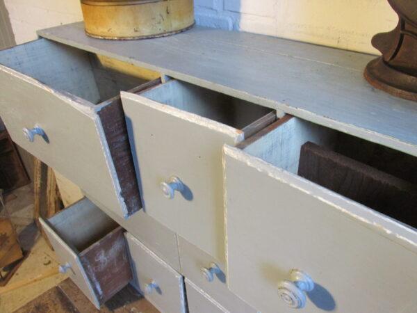 Oude winkelkast, ladekast in grijsblauw