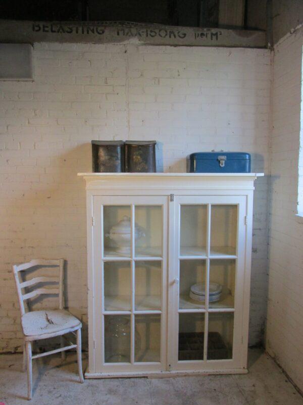 Oude inbouw keukenkast, nu als vitrinekast in crème