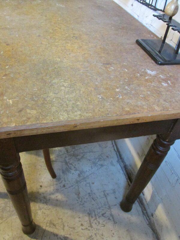 Oude werk of eettafel in het bruin (nr1)