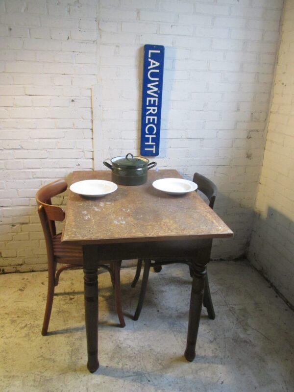 Oude werk of eet tafel in het bruin (nr2)