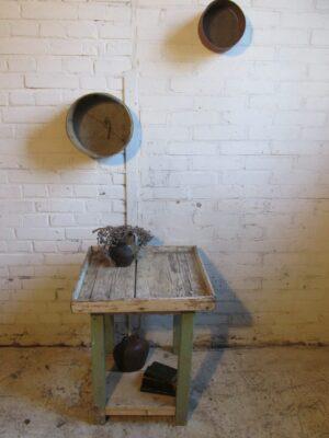 Oud brocant tafeltje in de oude verf