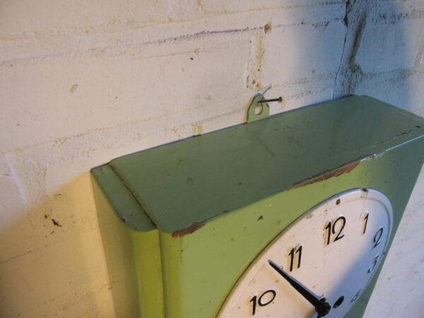 Vintage houten klok, groen met emaille wijzerplaat