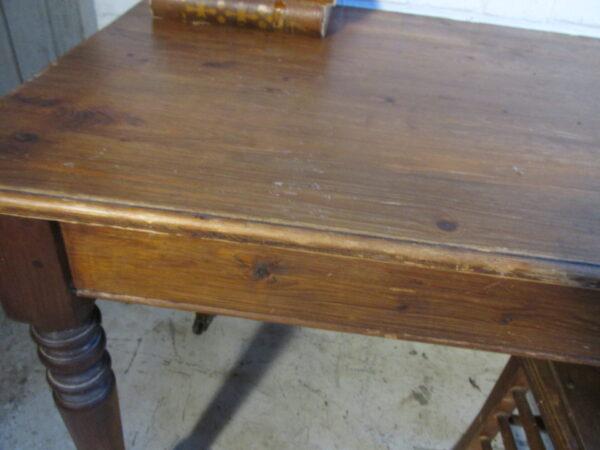 Antieke smalle grenen werk of eet tafel