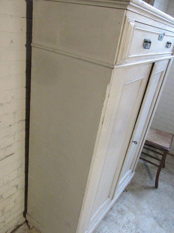 Brocante antieke Franse meidenkast in de oude verf, wit