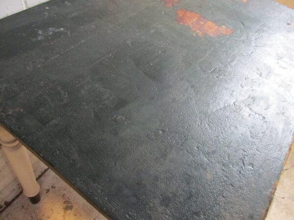 Oude houten tafel om aan te werken of eten, in de oude verf