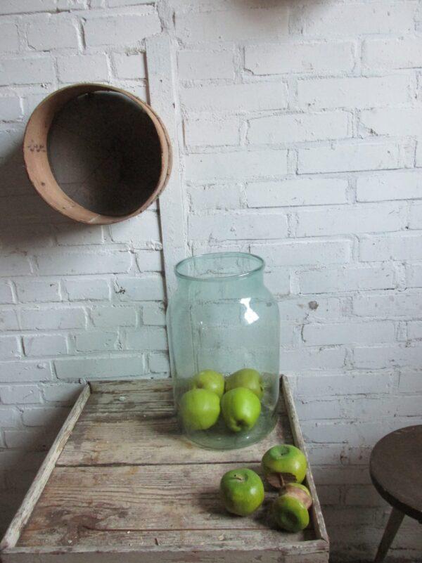 Oude grote glazen vaas, lichtgroen