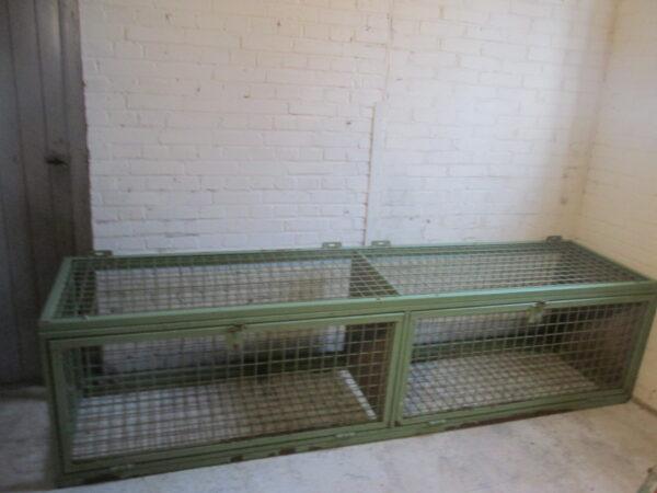 Grote oude groene stalen kooi kast
