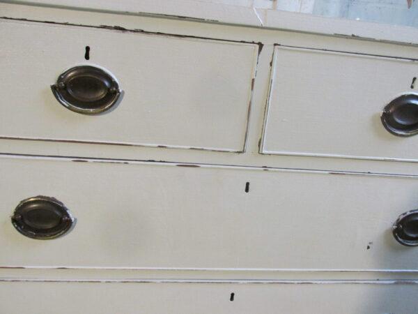 Oude kleine witte ladekast