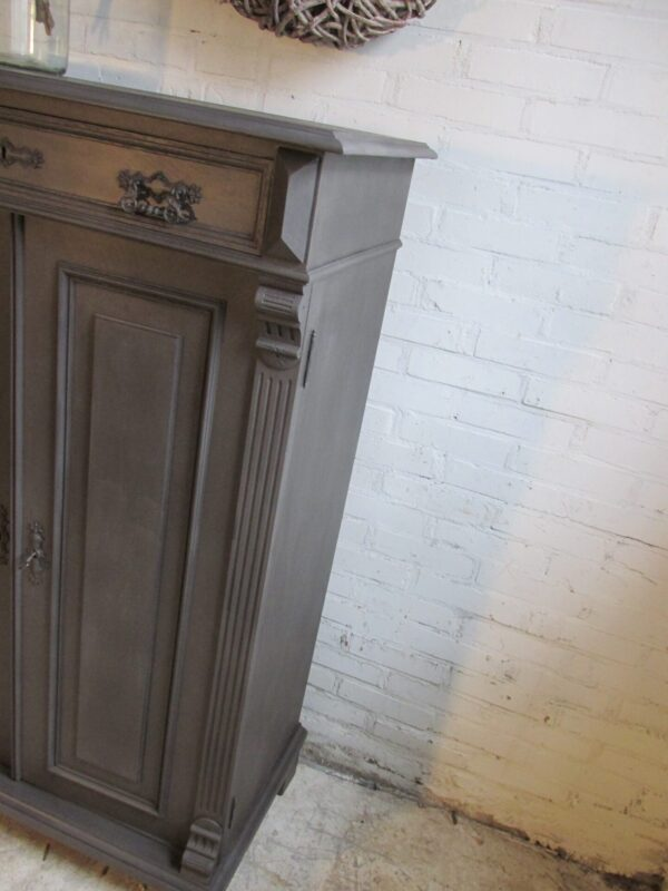 Antieke meidenkast in Old Black ook voor je tv