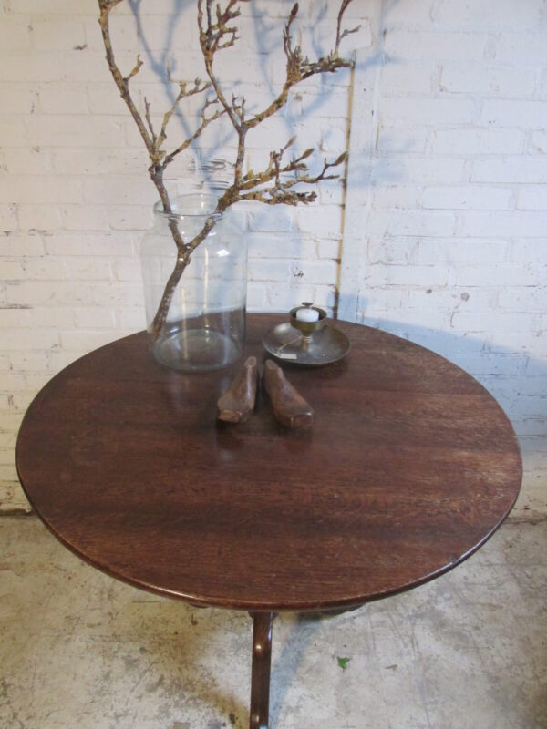 Antieke ronde sobere eiken tilttop tafel
