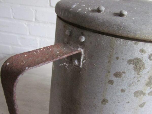 Oude zinken pot met deksel en hengsel