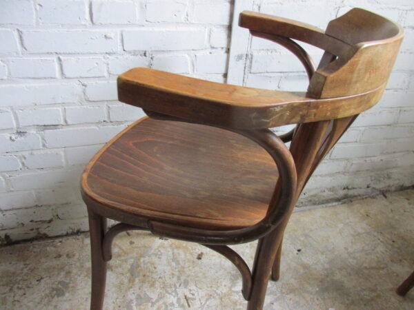 Oude houten café stoel met armleuning