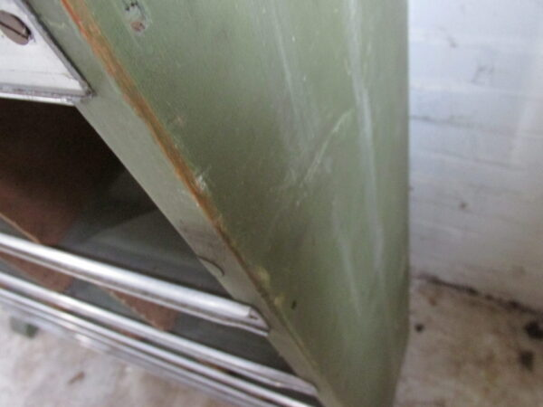 Oude groene vakkenkast uit fietsen werkplaats