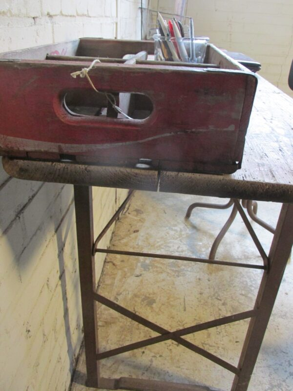 Oude smalle lange eet of werktafel of als side-table