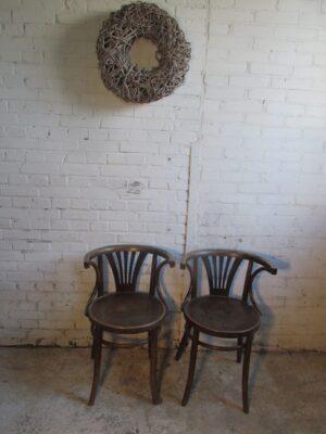 Oud Hongaarse stoeltje met armleuning
