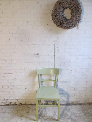 Oude houten keuken stoel in pistache groen