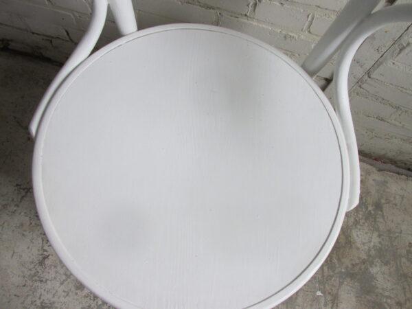 Witte houten caféstoel met armleuning