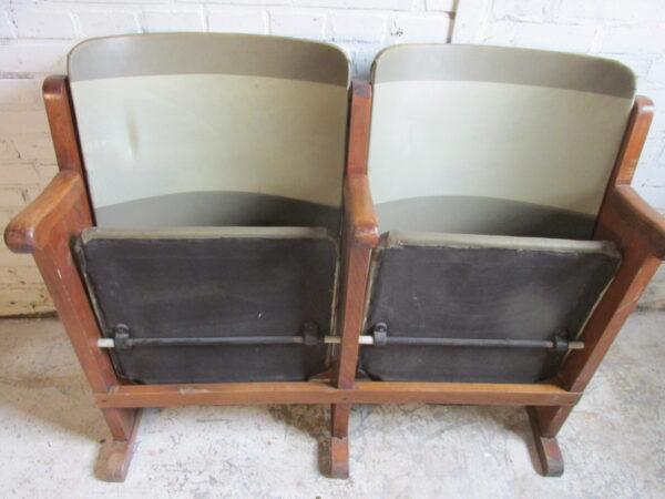 Oude bioscoopstoelen met vinyl bekleding, groen