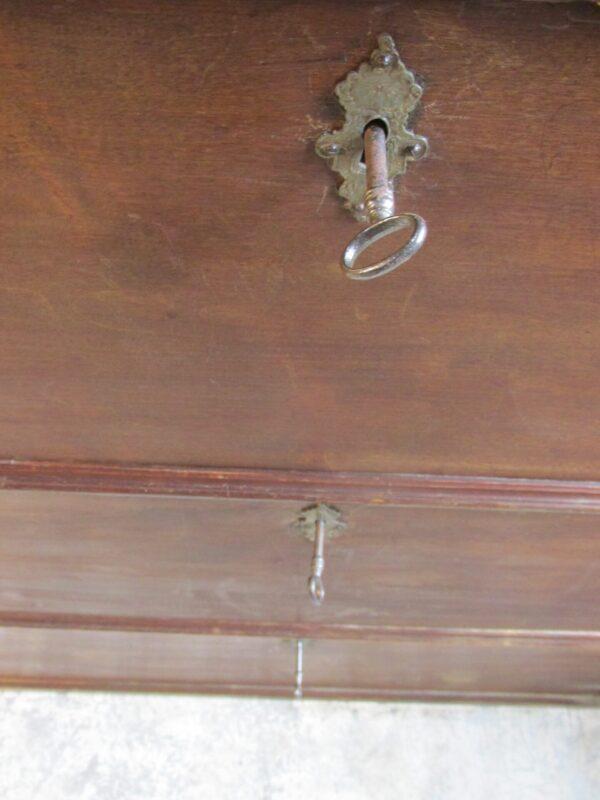 Unieke antieke smalle en ondiepe kast van mahonie
