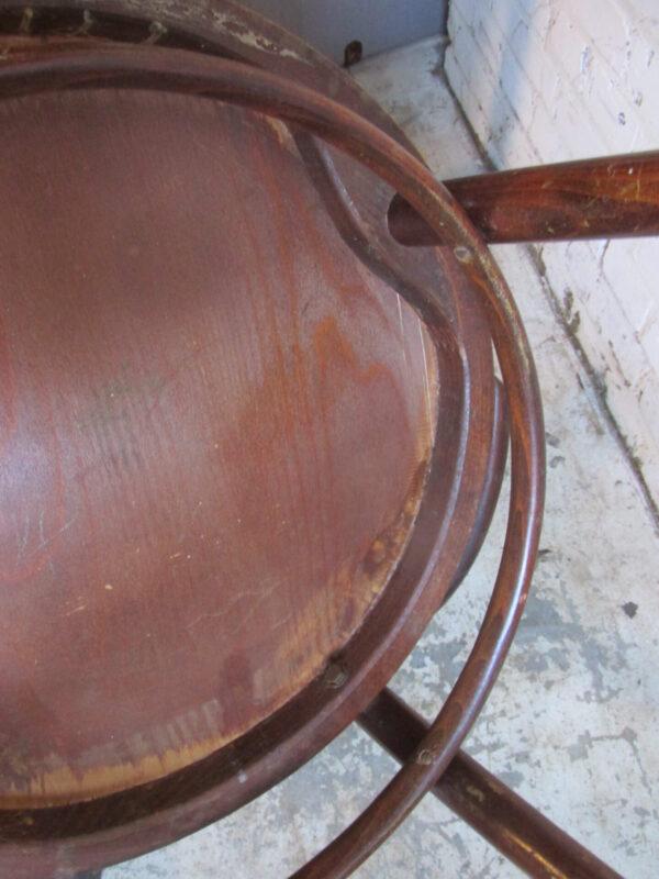 Oude houten caféstoel met armleuningen