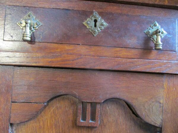 Oude eiken sobere commode of dressoir