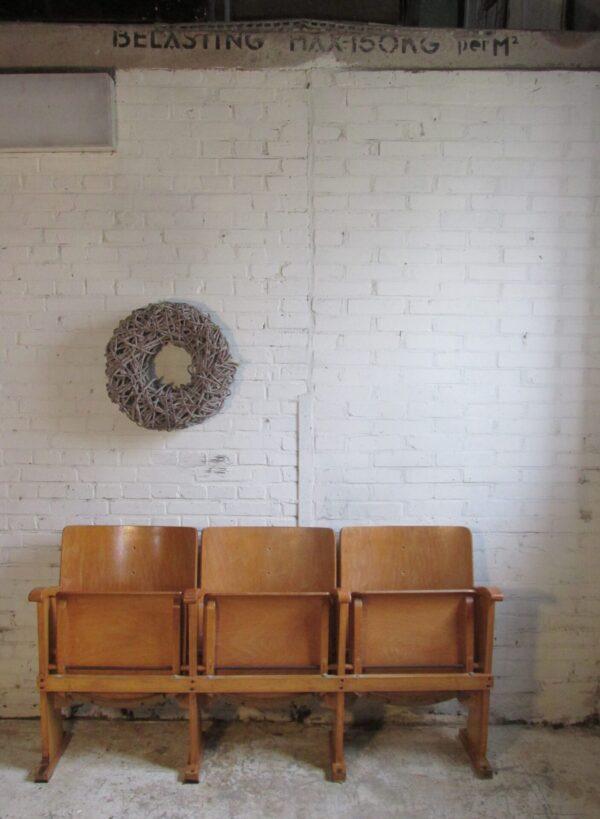 Oude houten kerkstoelen, 3 op een rij en inklapbaar
