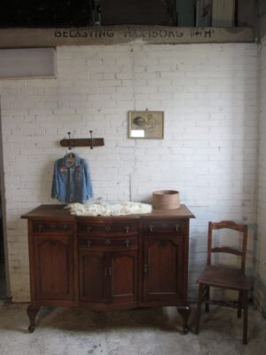 Oude eiken sobere commode of dressoir