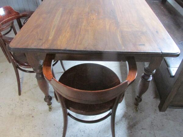 Grote houten tafel of als bureau op wielen