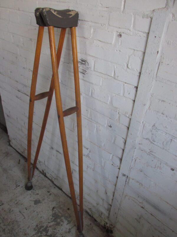 Oude houten loop krukken, de okselkruk