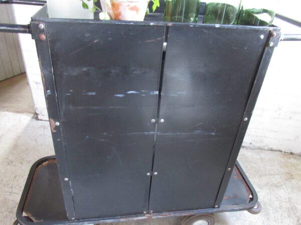 Grote metalen trolley in het zwart op grote bokwielen