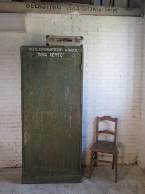 Vintage smalle eendeurs kast in het groen