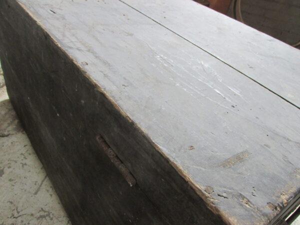 Antieke zwarte hutkoffer, ook als salontafel