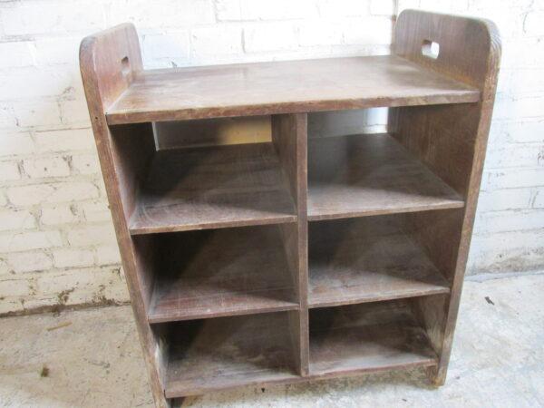 Oude houten vakkenkast met handvaten